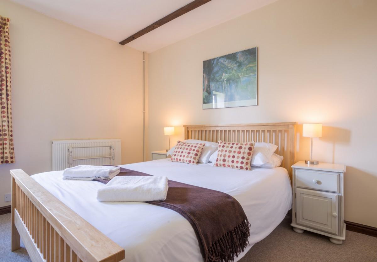 Cosy king bedroom in Oak Cottage